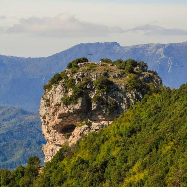 Immagine di un piccola montagna tra gli alberi
