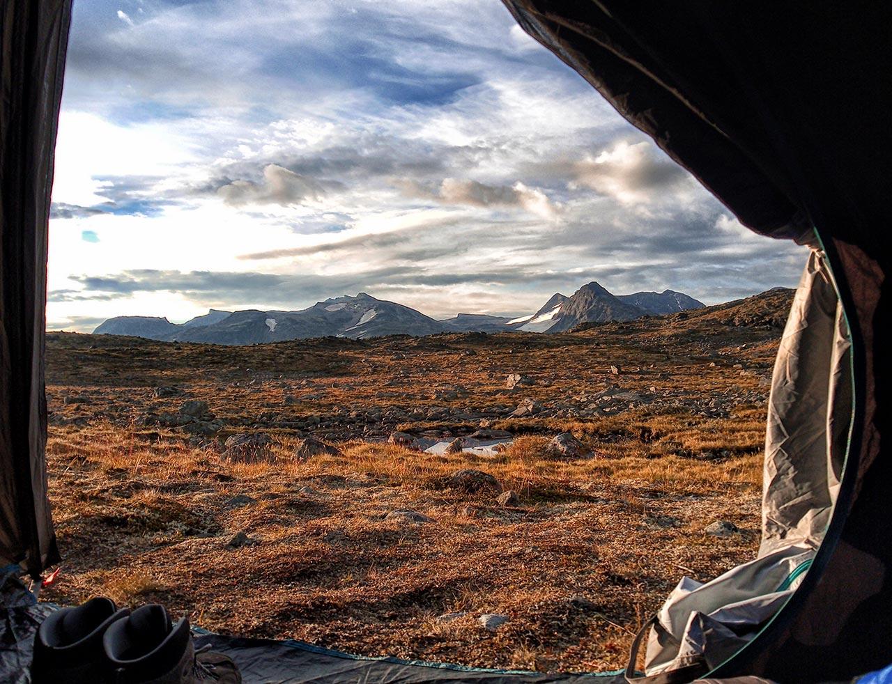Vista delle montagne dalla tenda da campeggio