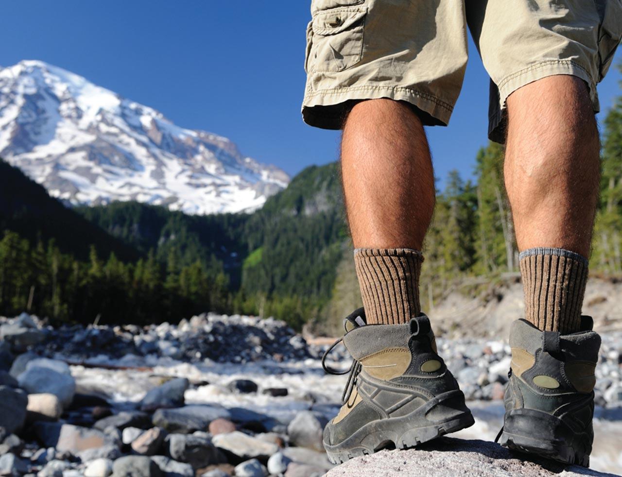 Escursionista con scarpe da trekking