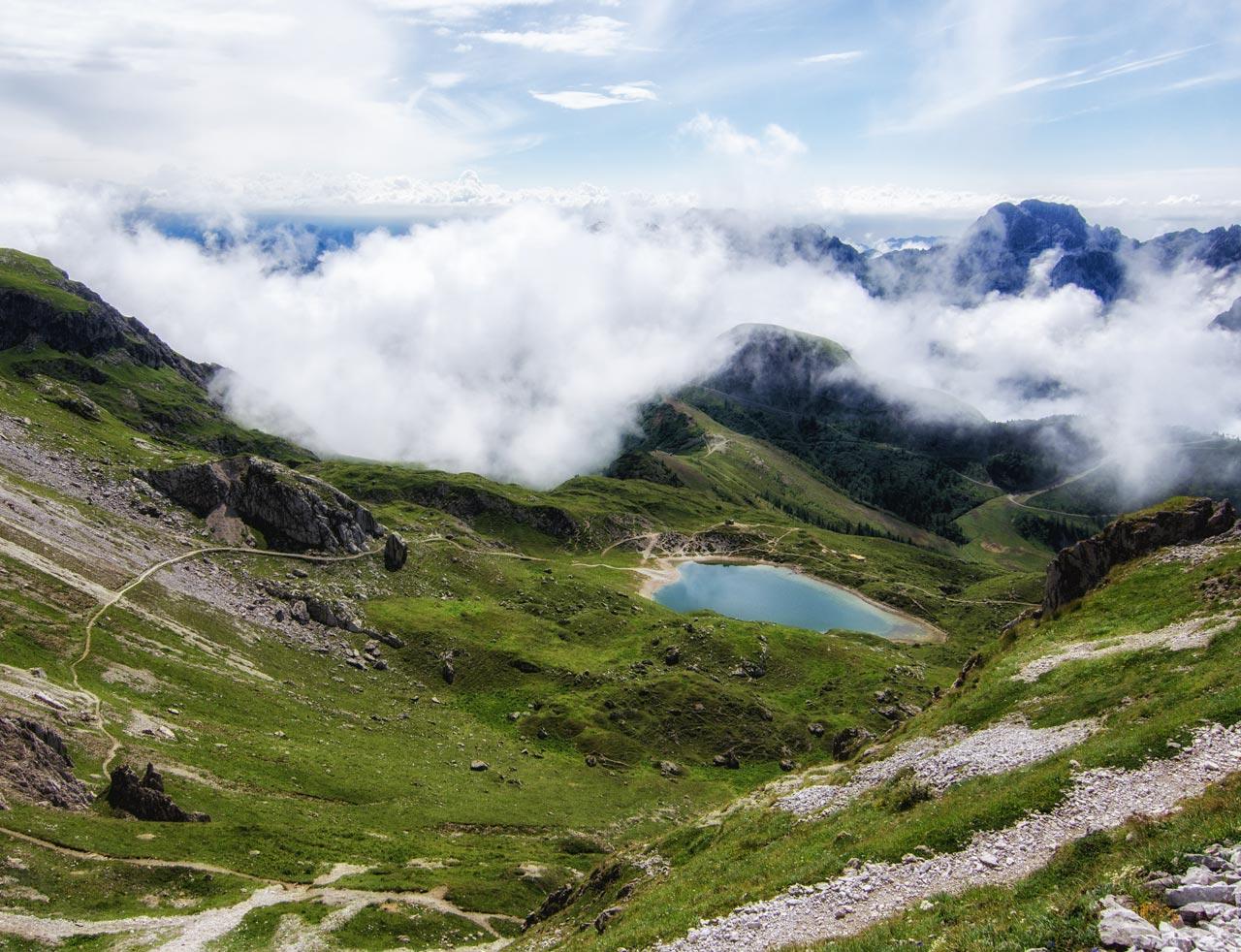 Vallate di montagna avvolta dalle nubole