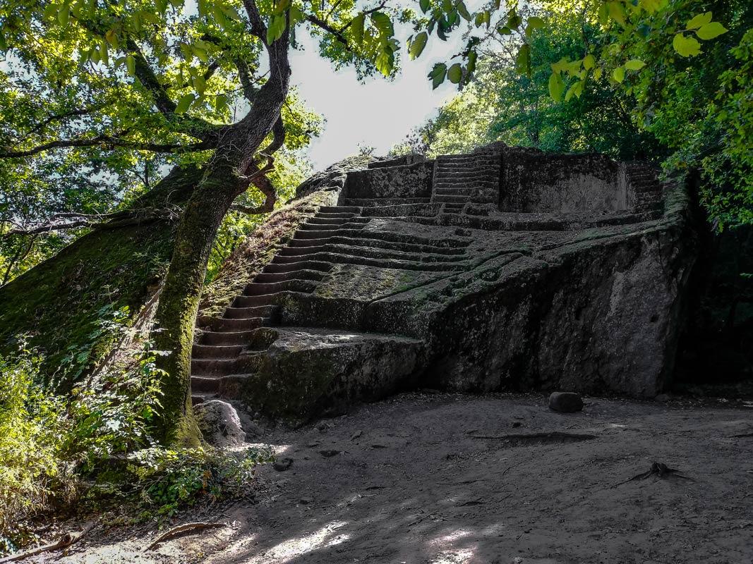 Vista della Piramide Etrusca nei boschi di Bomarzo