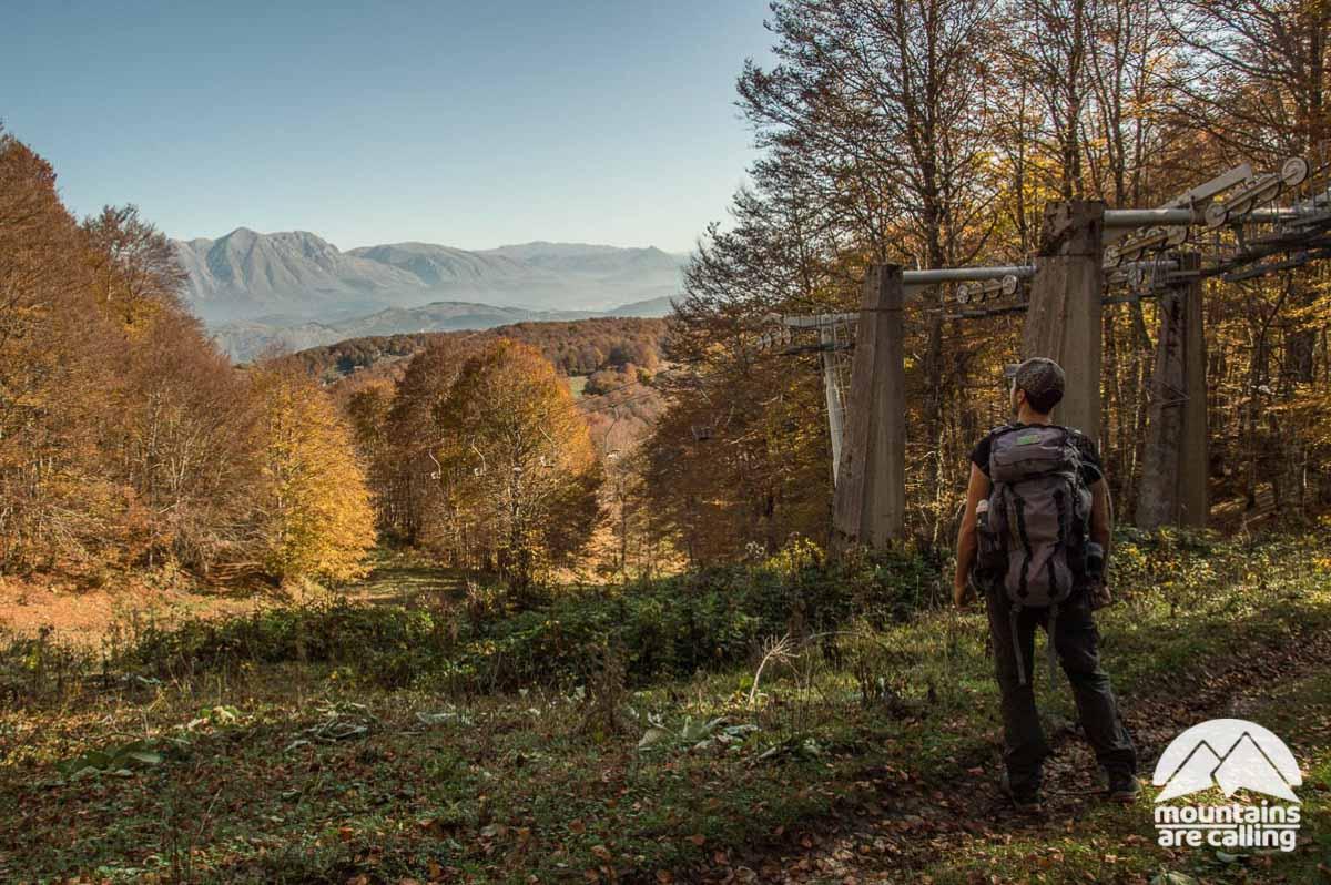 escursionista che osserva le montagne