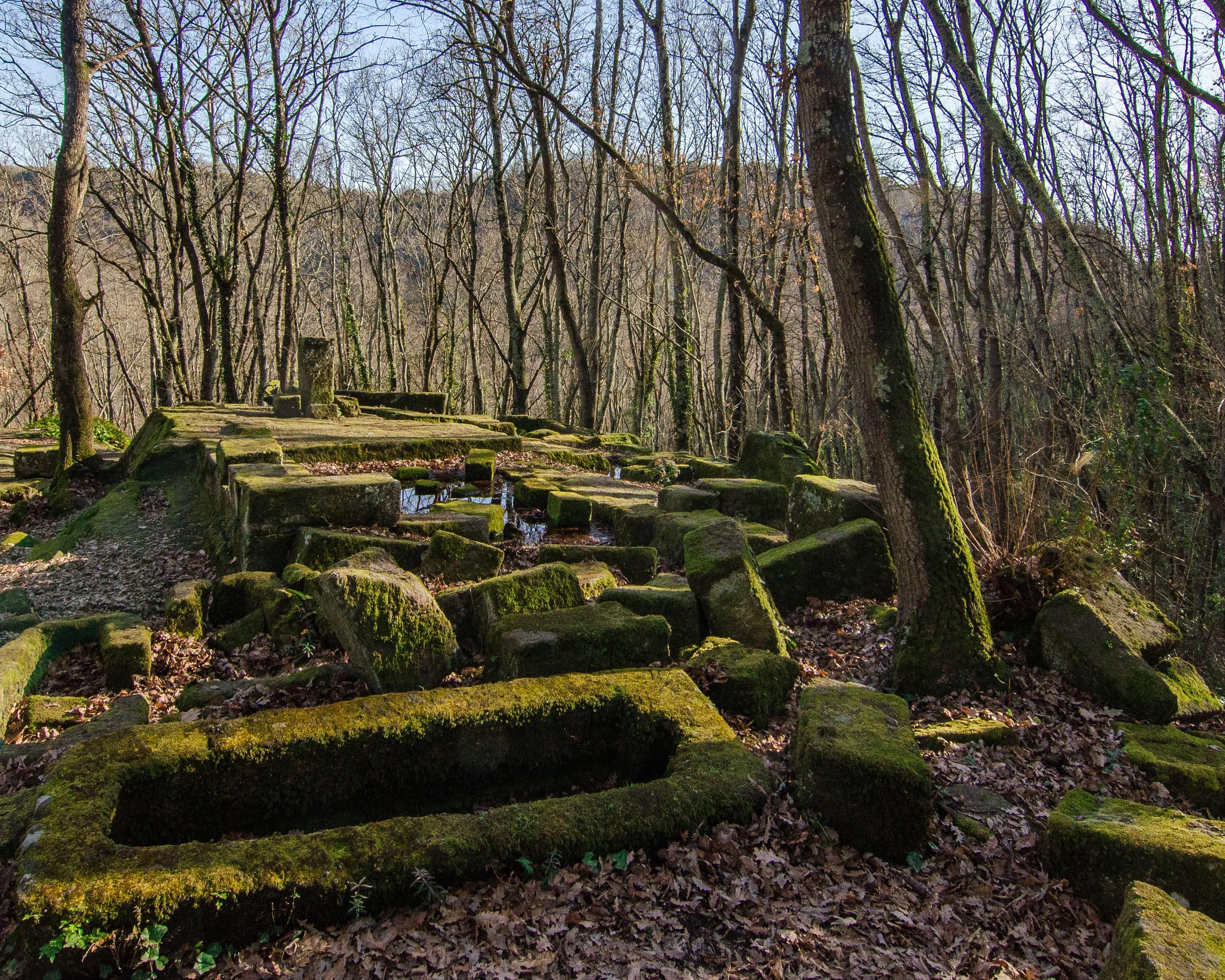 Rovine del tempio rupestre di Santa Cecilia nei boschi di Bomarzo