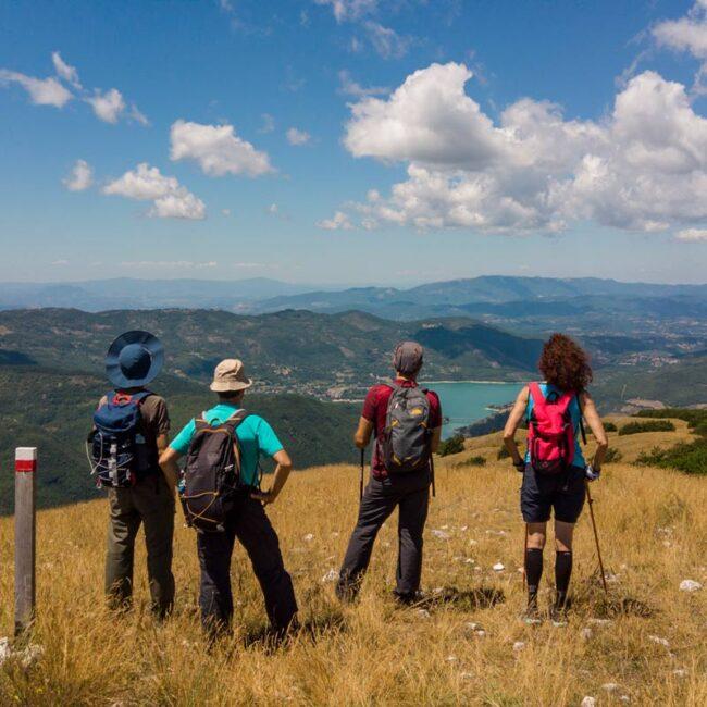 escursionisti che osservano dall'alto un lago