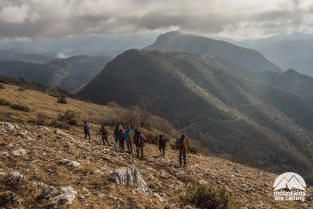 Escursionisti su sentiero di montagna