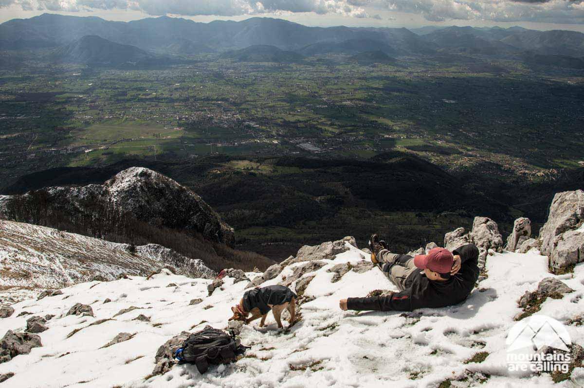 Escursionista sdraiato sulla neve