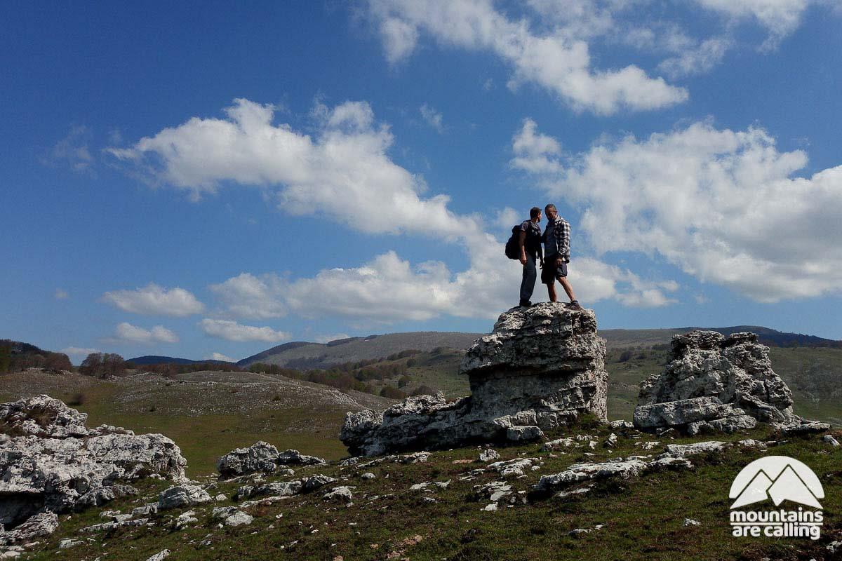 escursionisti sopra una roccia