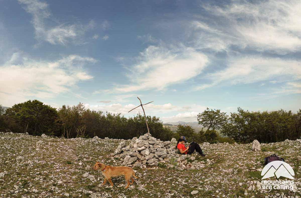 Escursionista seduta sulla vetta di una montagna