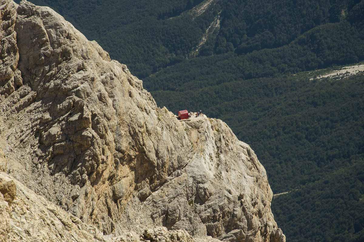Il Bivacco Bafile fotografato dalla vetta del Gran Sasso