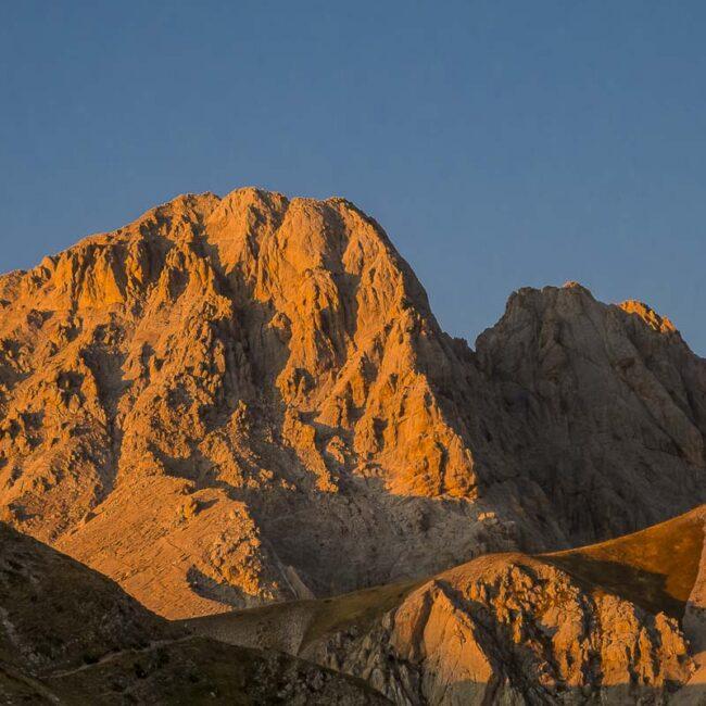 Il Gran Sasso colorato dalla luce del tramonto