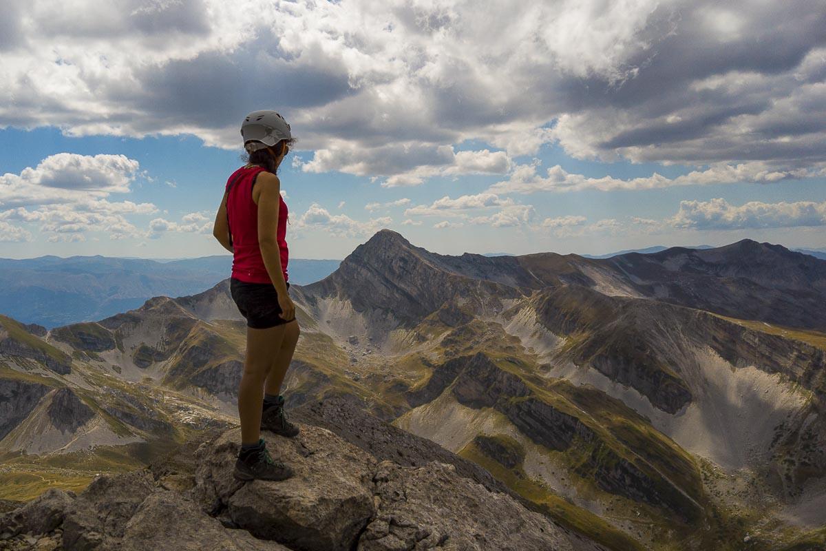 Escursionista che guarda verso il Pizzo Intermesoli