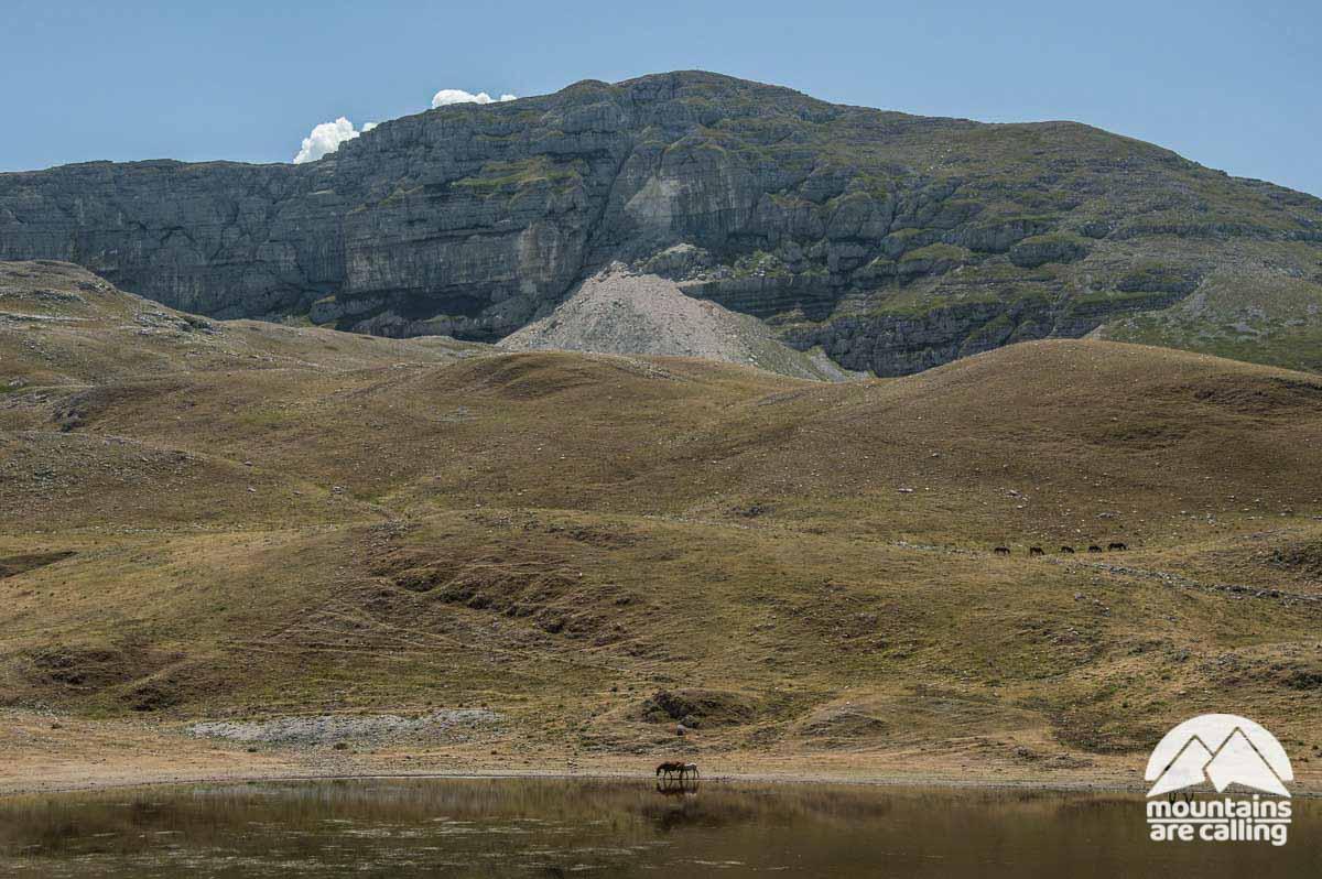 immagine della parete di roccia della montagna Murolungo con lago