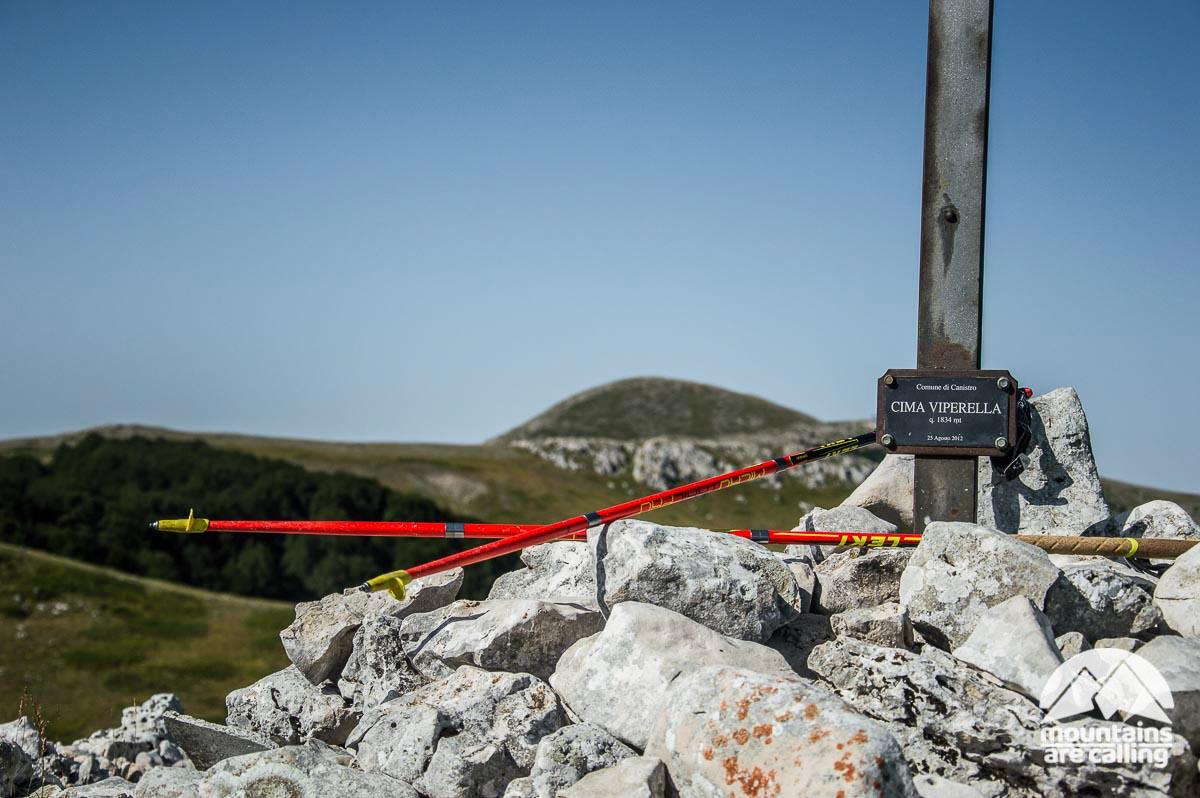 Croce di vetta del Monte Viperella, sullo sfondo il Monte Cotento