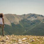 Escursionista che guarda verso il Monte Viglio dalla cima del Monte Cotento