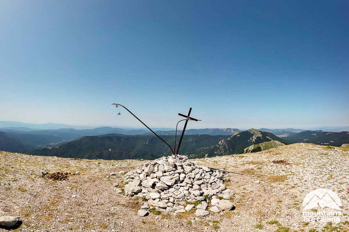 Croce di vetta del Monte Cotento con sullo sfondo il Monte Tarino
