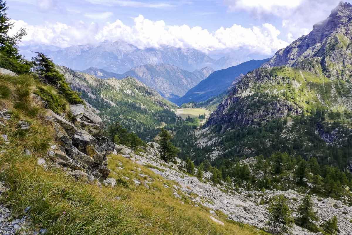 Vista dall'alto di una valle alpina