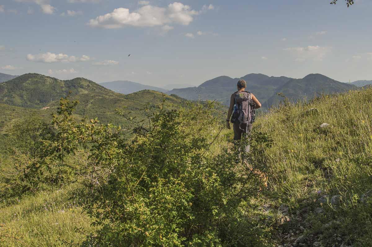 Escursionista che cammina lungo un sentiero