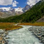 Un fiume di montagna con sullo sfondo una montagna con ghiacciai