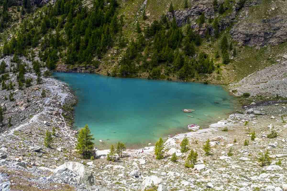 Lago alpino con le acque blu