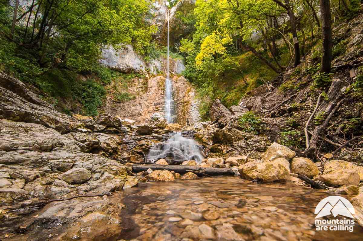 Immagine di una cascata all'interno di un parco naturale