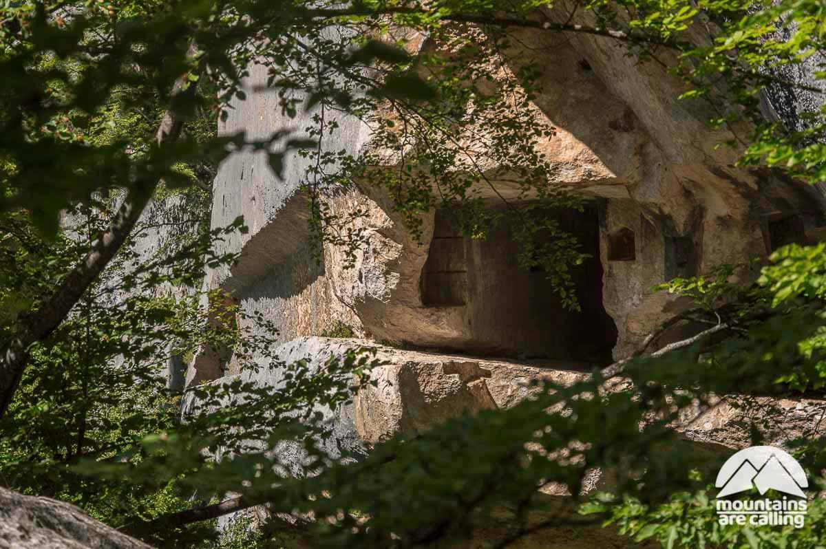 Immagine di un eremo scavato nella roccia di una montagna