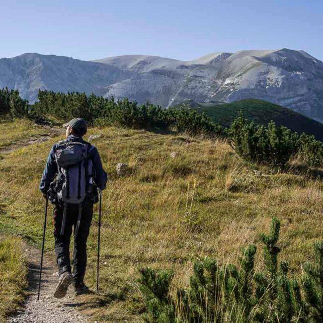 Guida ambientale escursionistica che si dirige verso il Monte Amaro sulla Majella
