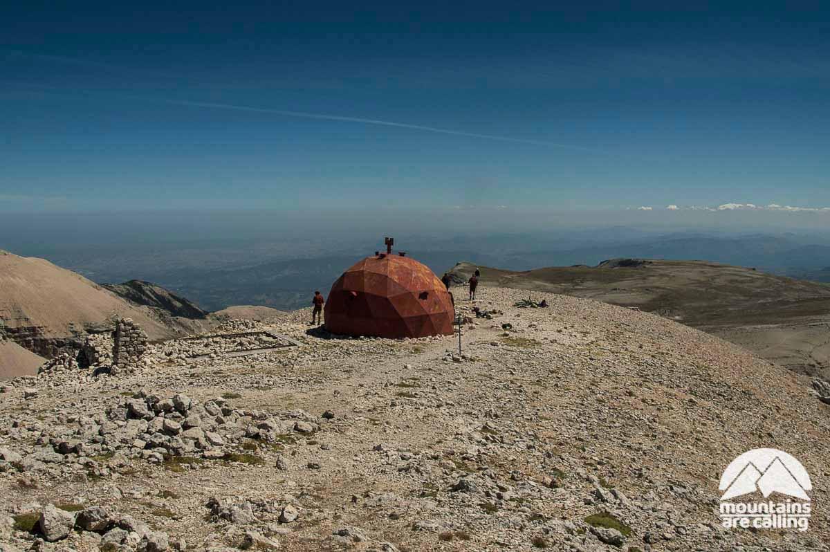 Bivacco di montagna sferiforme di colore rosso posizionato sulla vetta del Monte Amaro