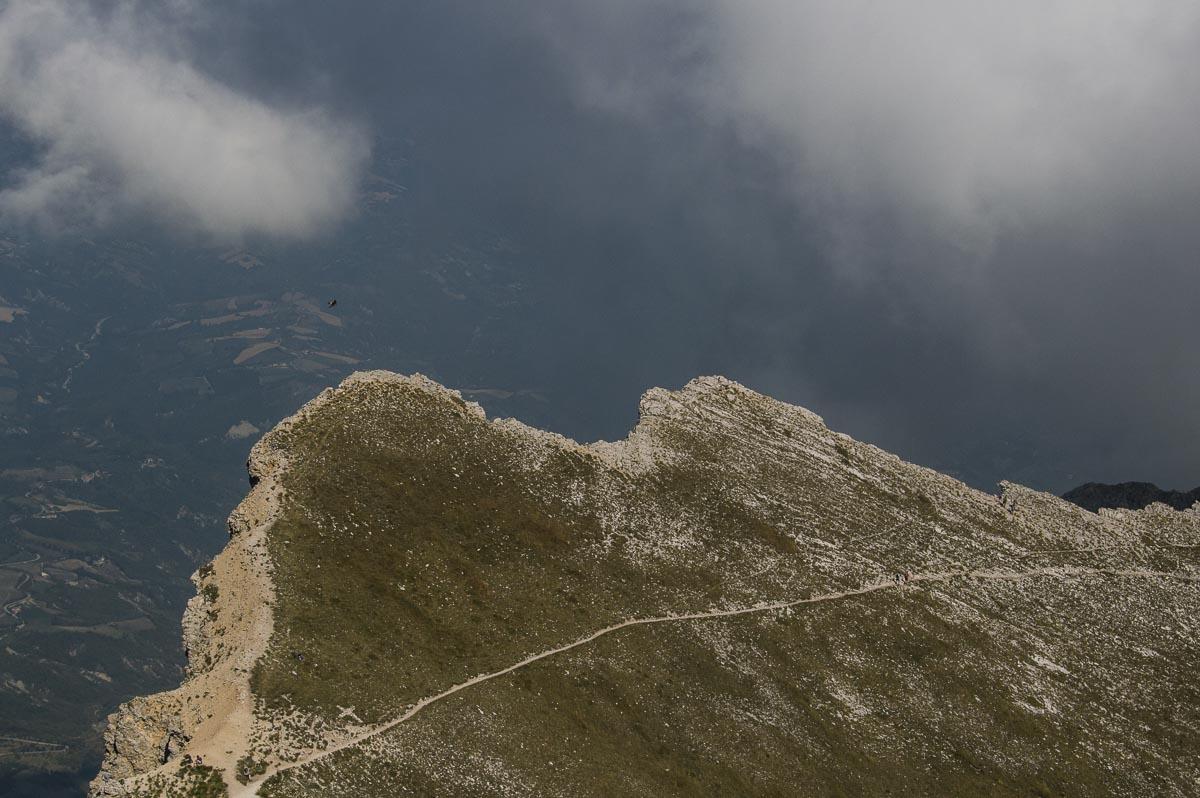 Particolare dell'affilata cresta della parete nord del Monte Camicia