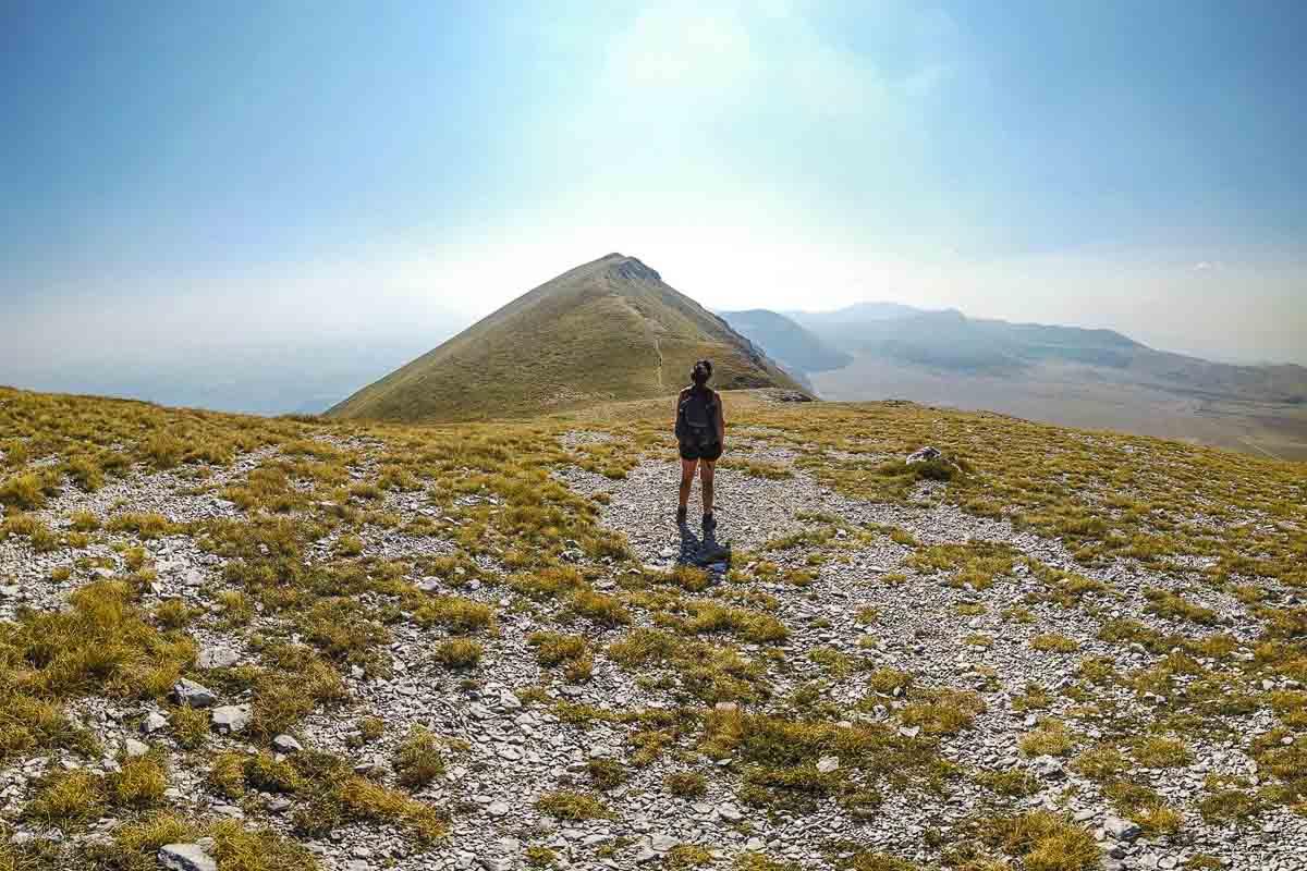 Escursionista che osserva in lontananza il Monte Siella