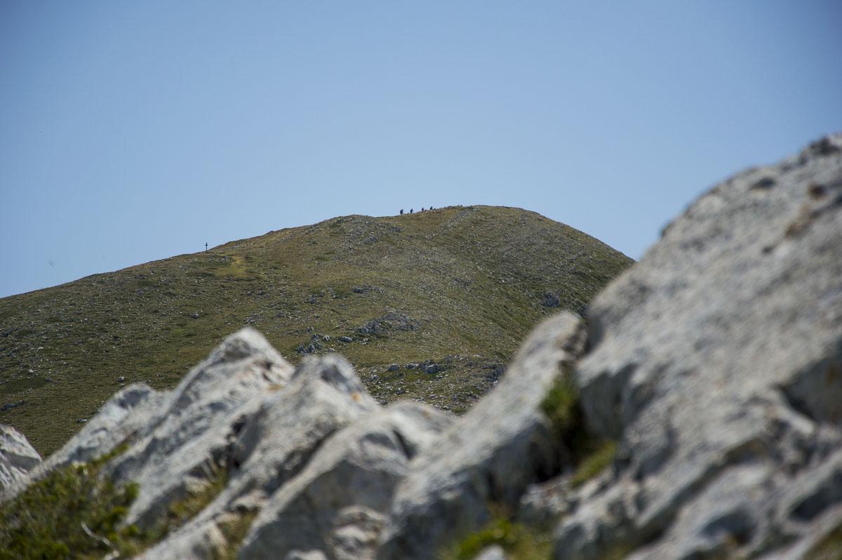La vetta del Monte Cotento, in primo piano un gruppo di rocce carsiche