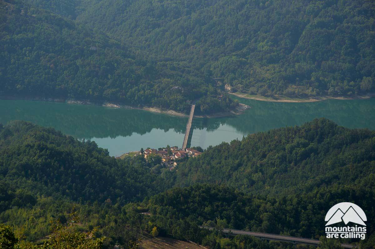 Il piccolo borgo di Fiumata dalla vetta del Monte La Serra