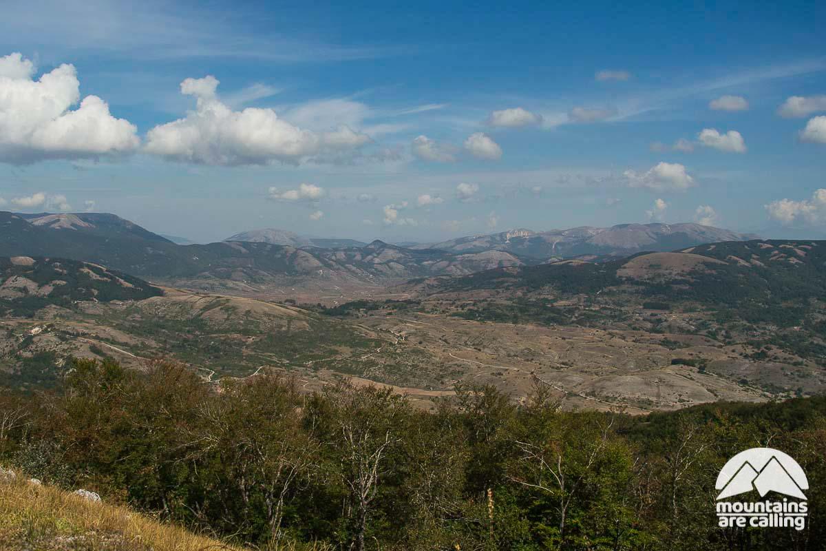 Immagine dell'altopiano dell'Aquilente dal Monte La Serra con sullo sfondo montagne