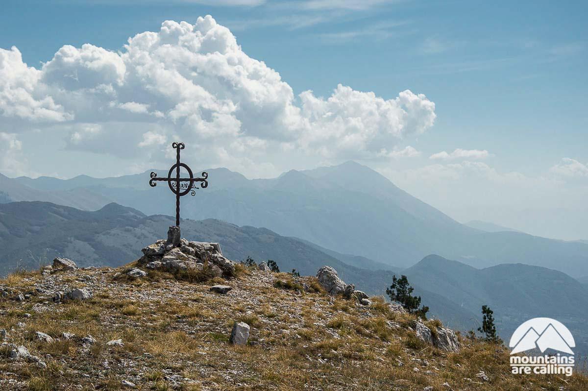 Monte La Serra con sullo sfondo il Monte Velino