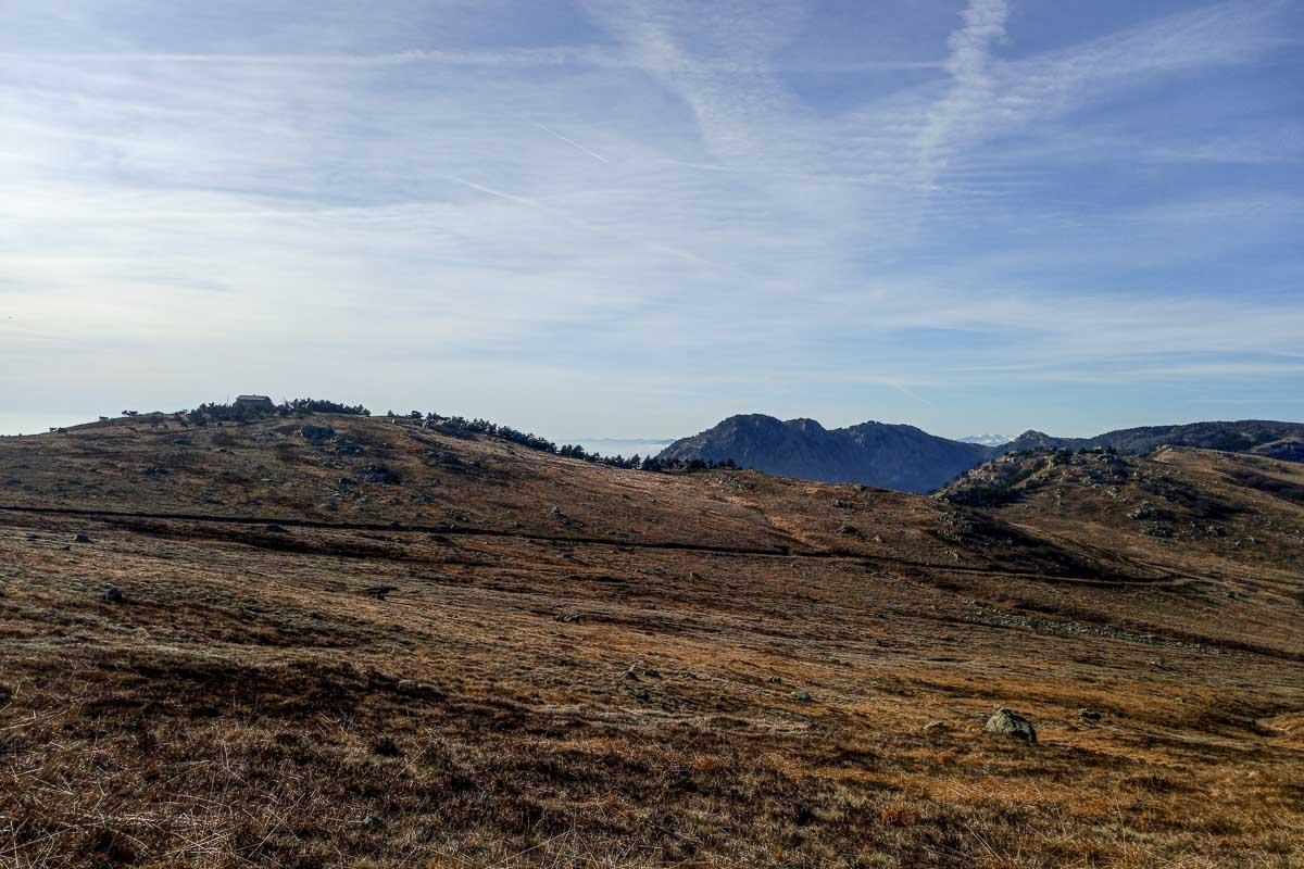 Un altopiano con sullo sfondo delle montagne