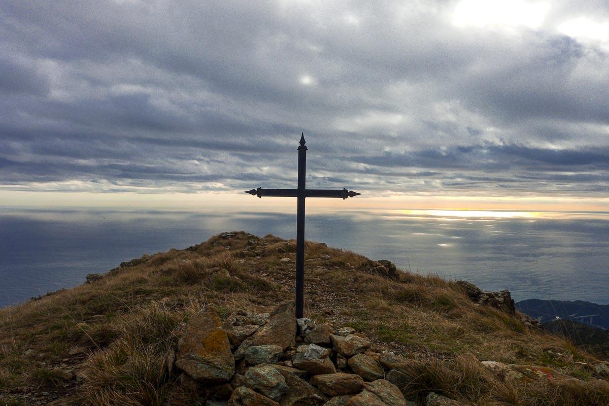 Croce di vetta del tardia di ponente a picco sul mare