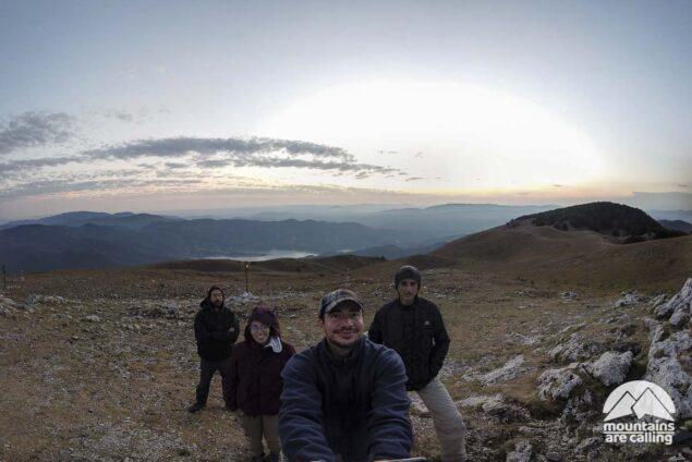 Foto di gruppo escursionisti sulla vetta del Monte Navegna durante il tramonto