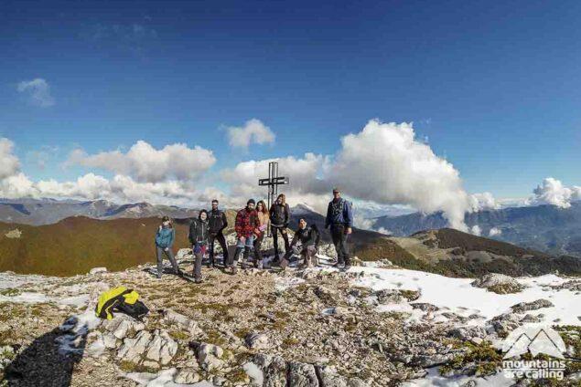 Foto di gruppo di escursionisti sulla cima di una montagna