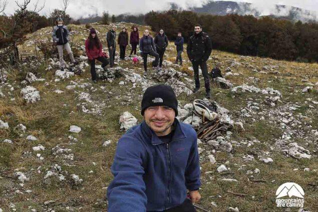 Fotografia di gruppo di escursionisti sulla vetta di una montagna