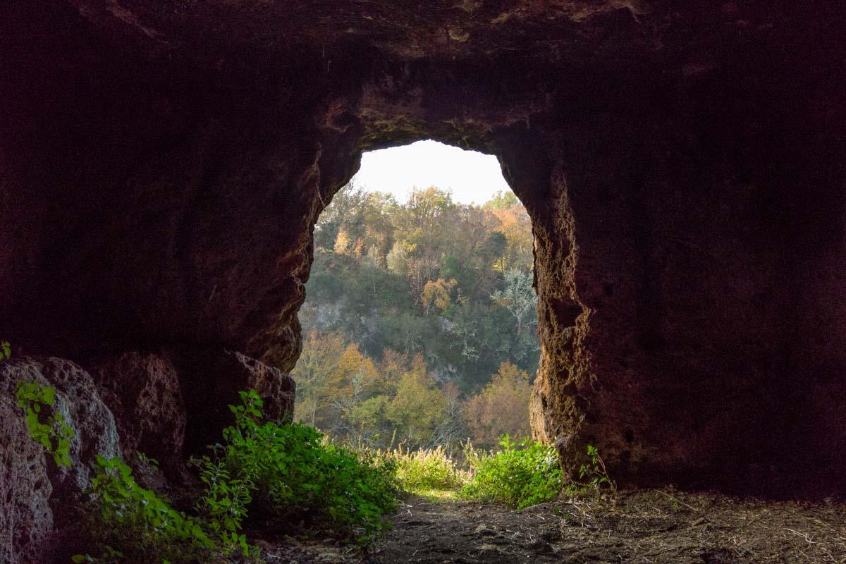 Fotografie interno di una tomba etrusca nel bosco