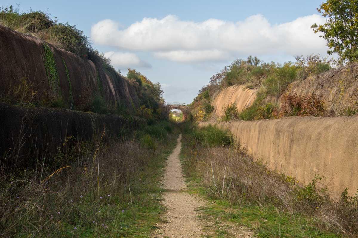 Antico tracciato di una ferrovia abbandonata con un ponte in cemento