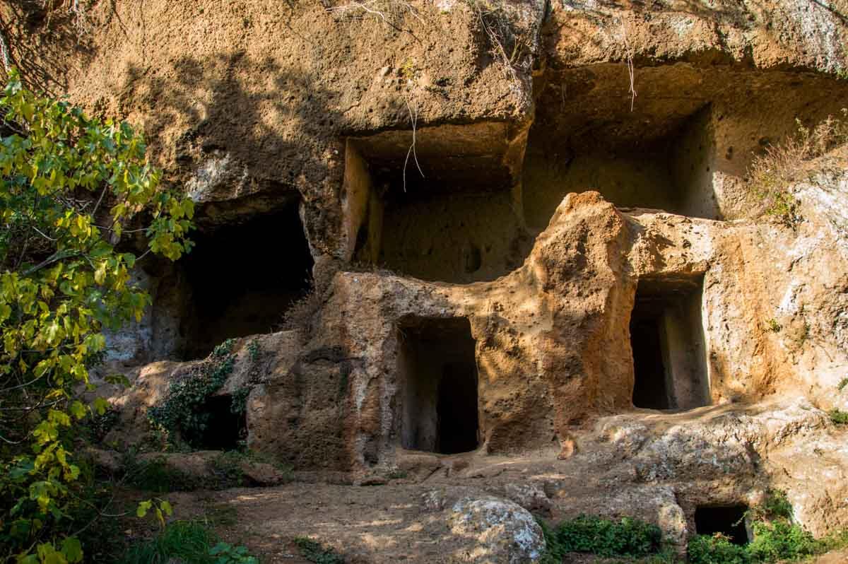 Una schiera di tombe scavate nel tufo