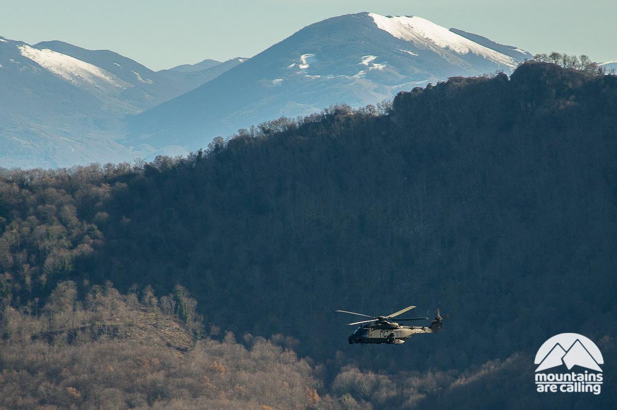 Elicottero che sorvolo un bosco bel Parco dei Monti Lucretili