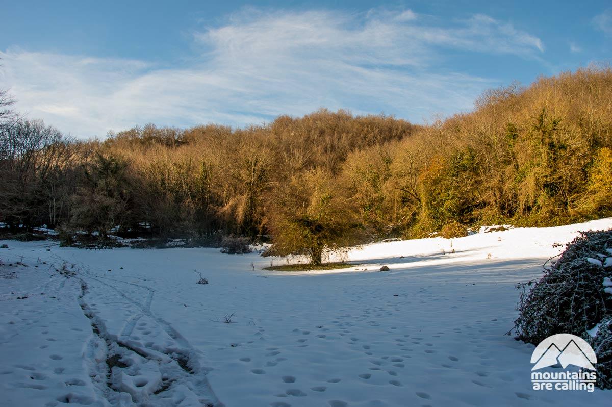 Ampio prato montano ricoperto dalla neve