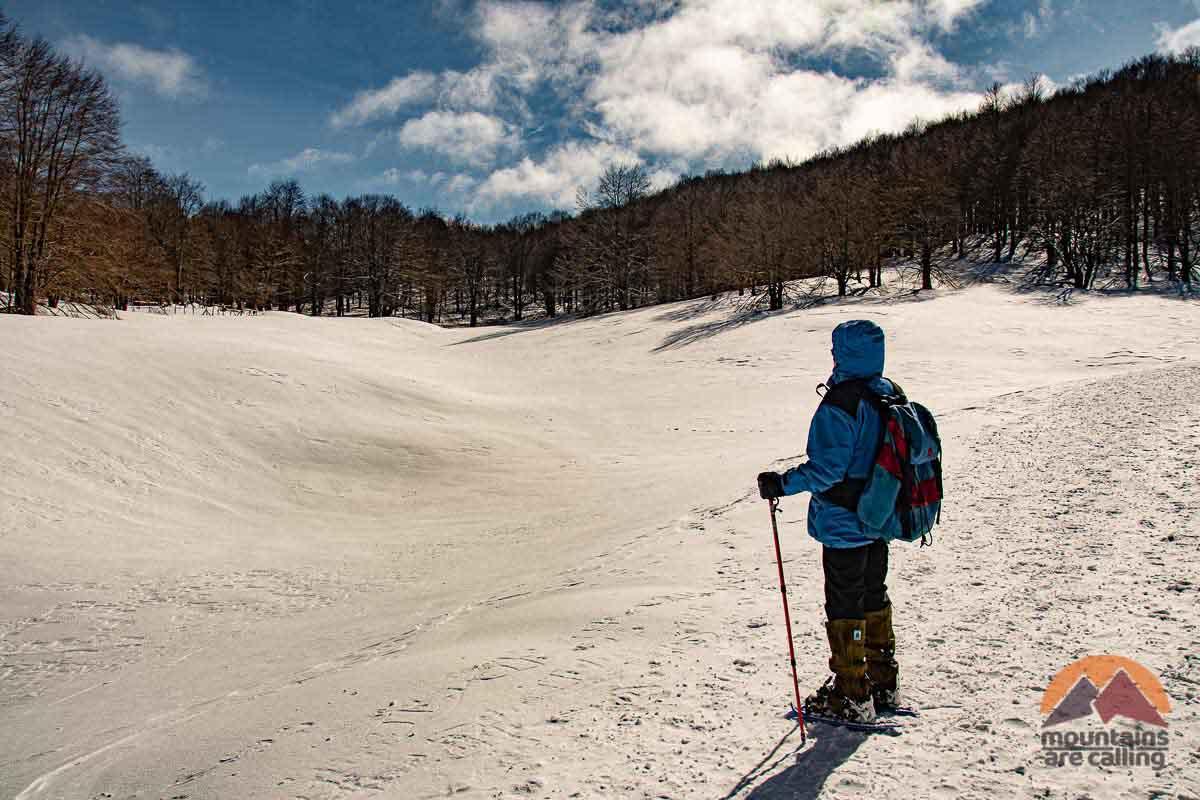 Escursionista tra la neve