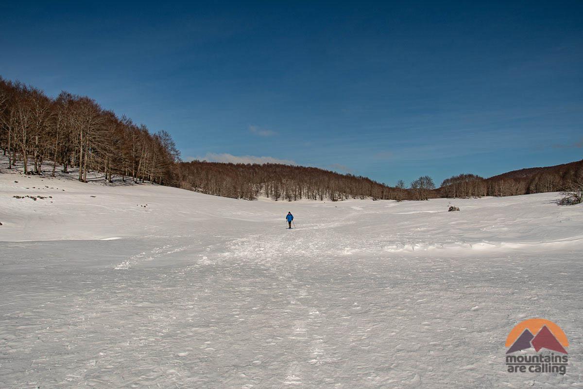 Escursionista che cammina sulla neve
