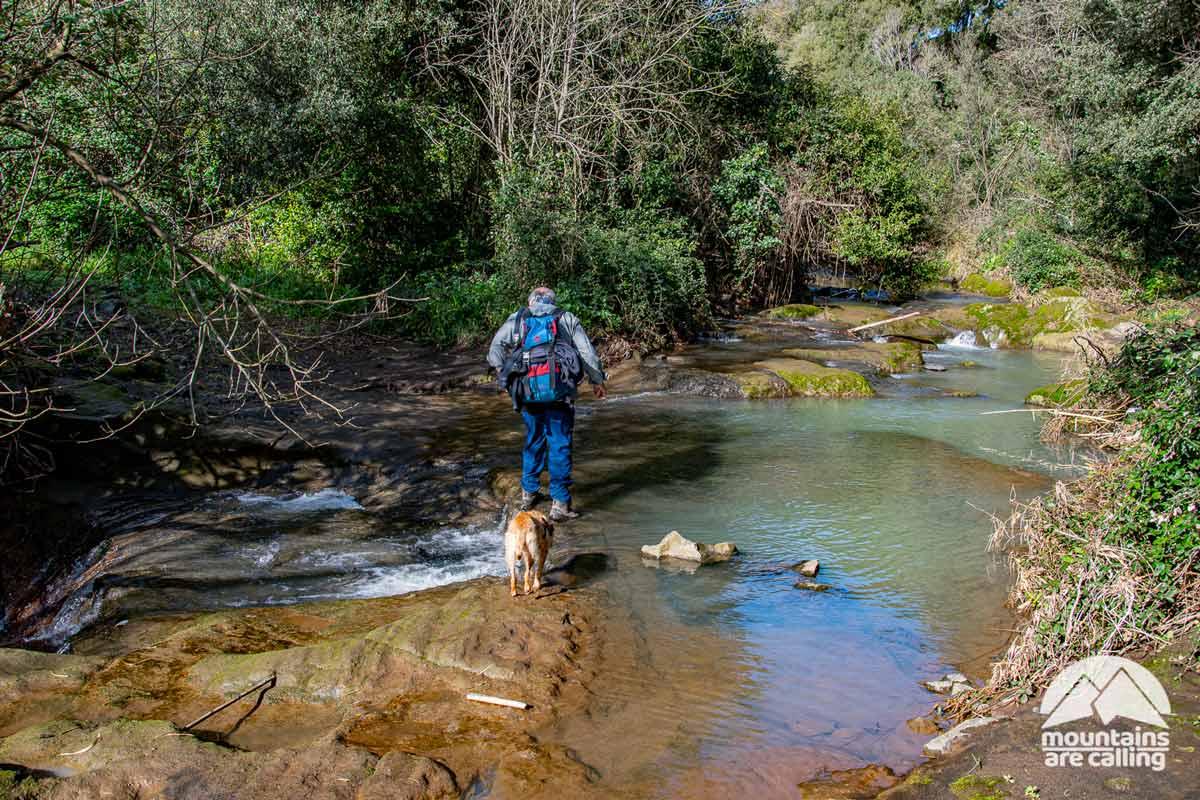 Escursionista intento a guardare un torrente Guado Fosso della Casaccia (foto di Claudio Zucca)