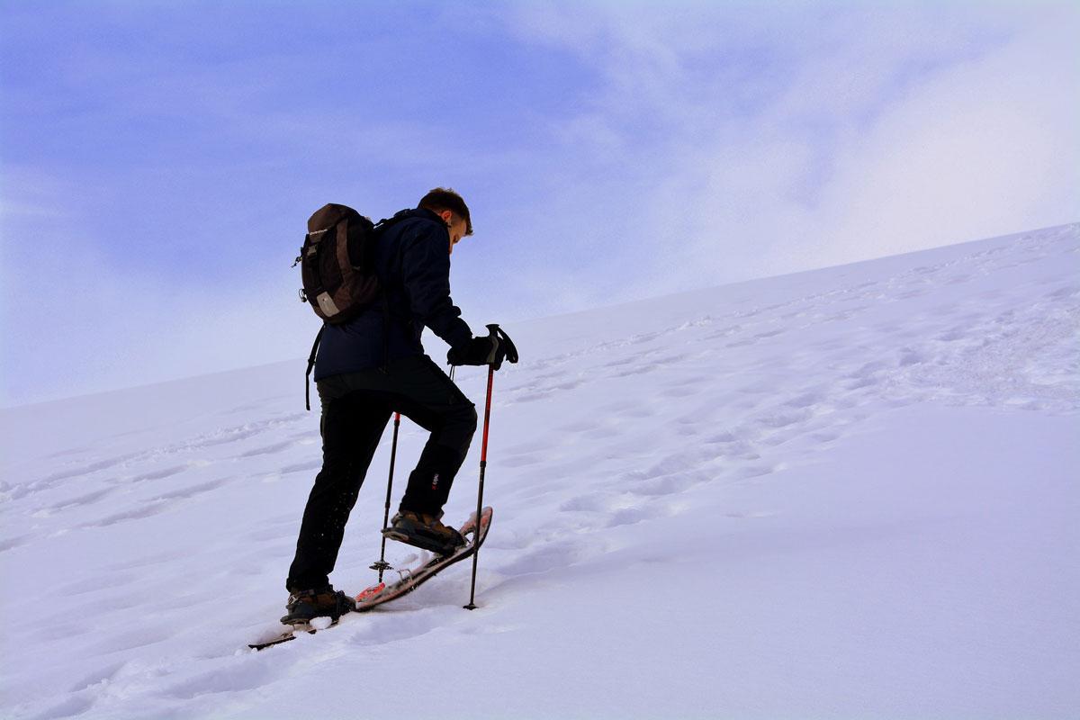 Escursionista con ciaspole sulla neve
