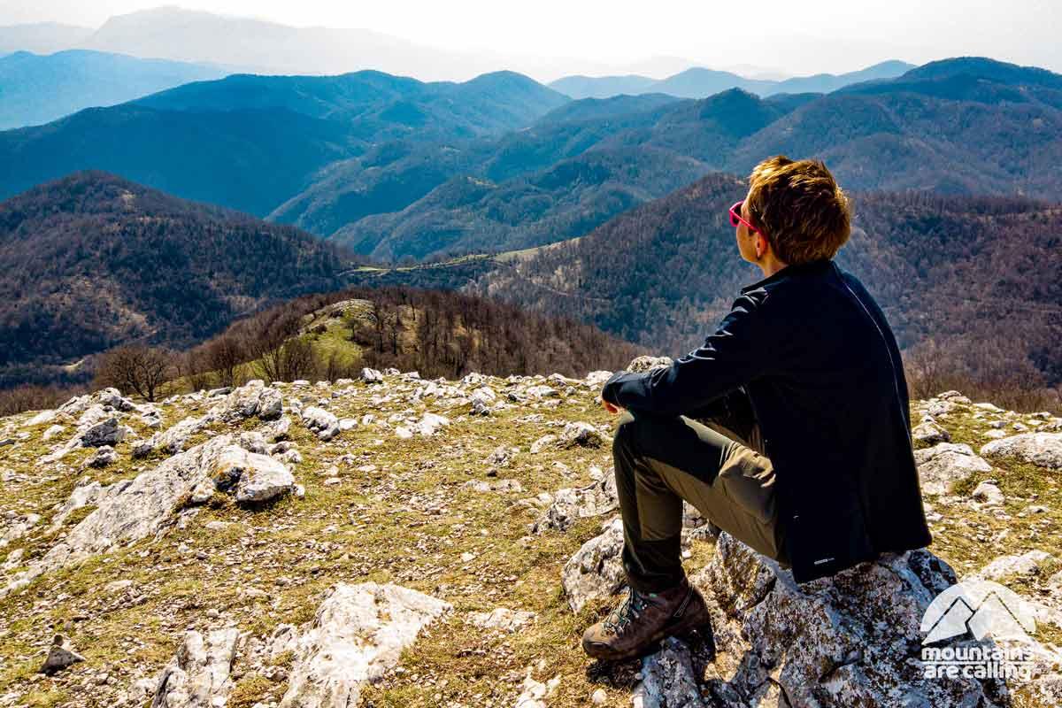 escursionista intenta a riposarsi