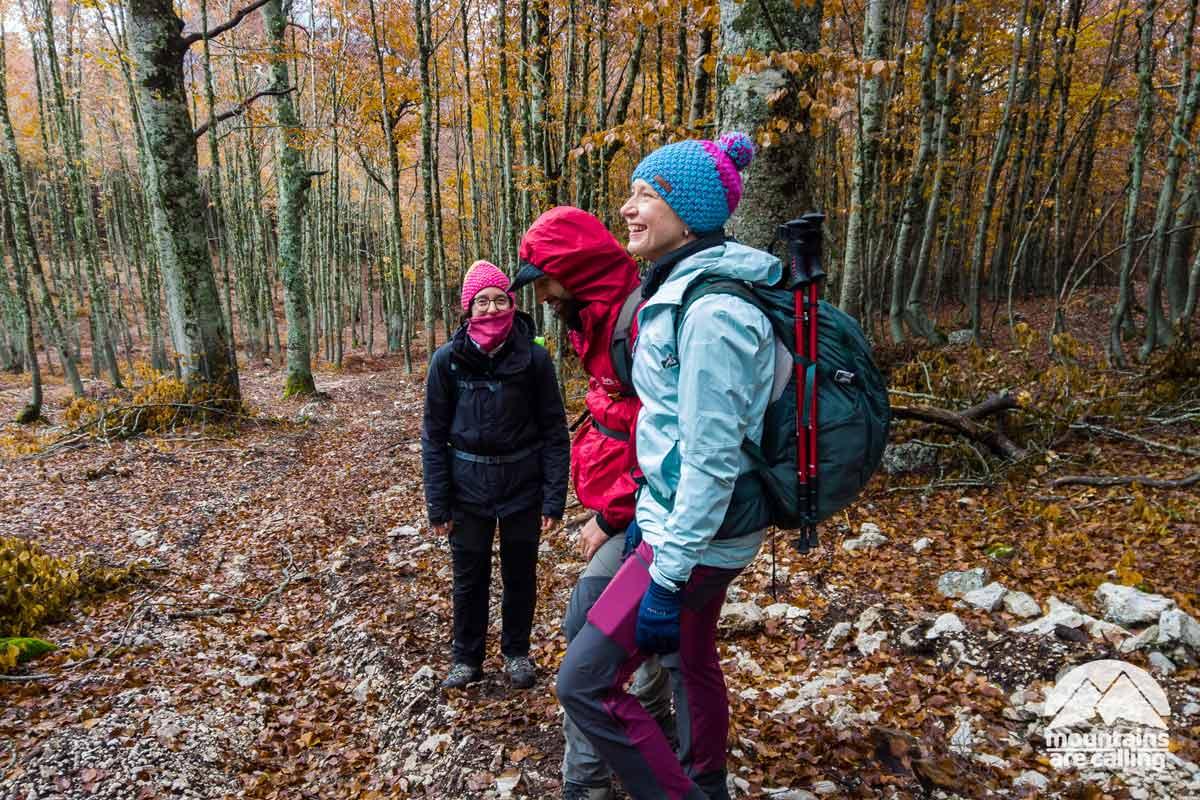 escursioniste sorridenti all'interno di un bosco