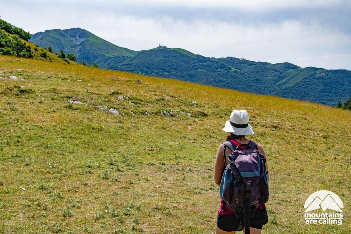 escursionista che osserva una montagna